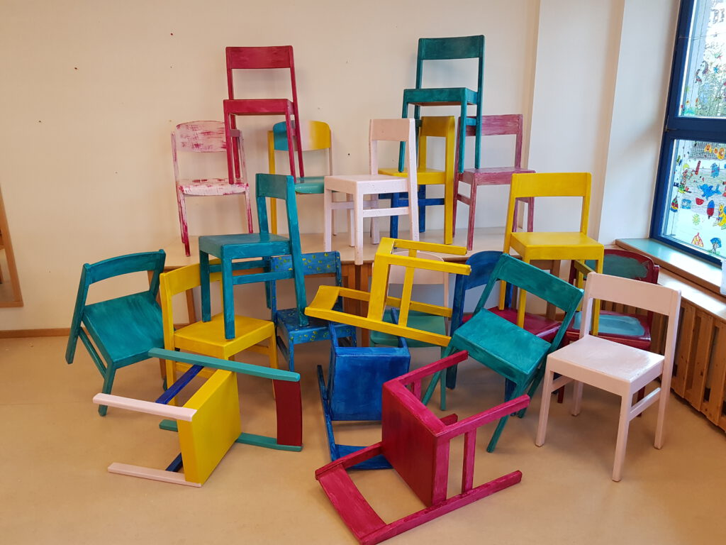 Bunt bemalte Stühle
